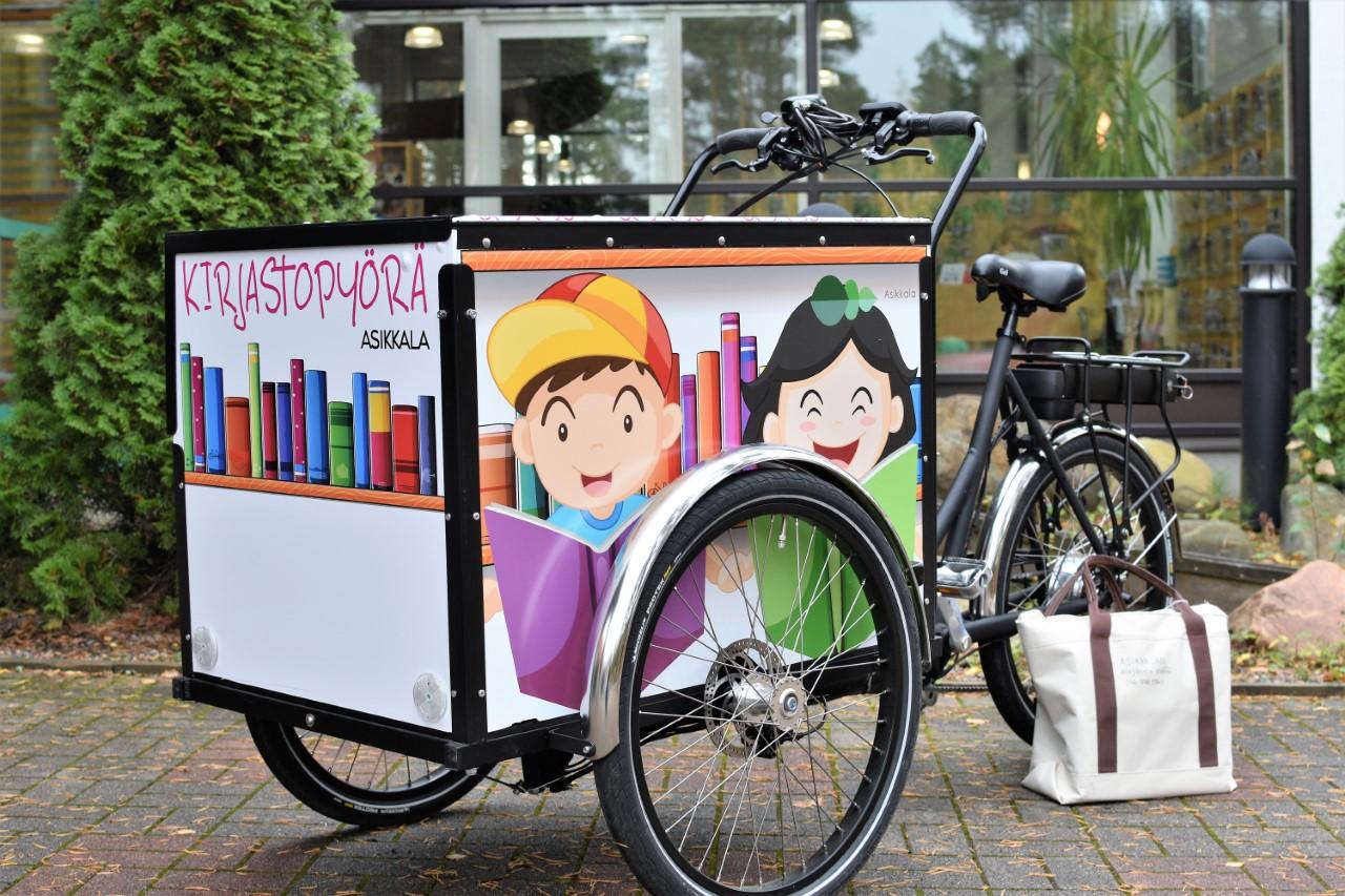 Kirjastopyörä kirjastorakennuksen edessä.