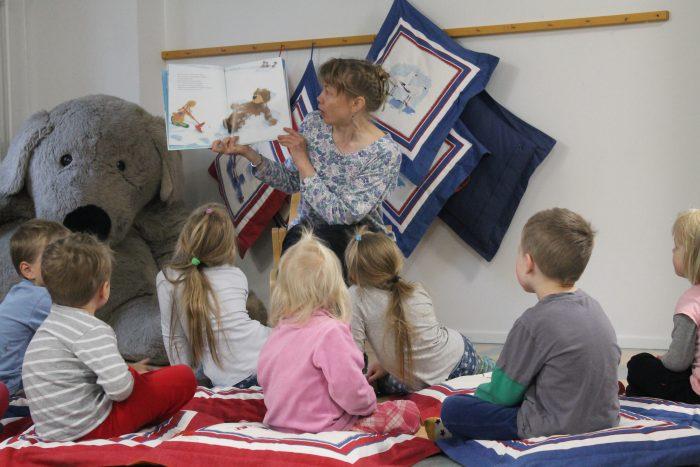 Kirjaston Päivi lukee satua lapsille