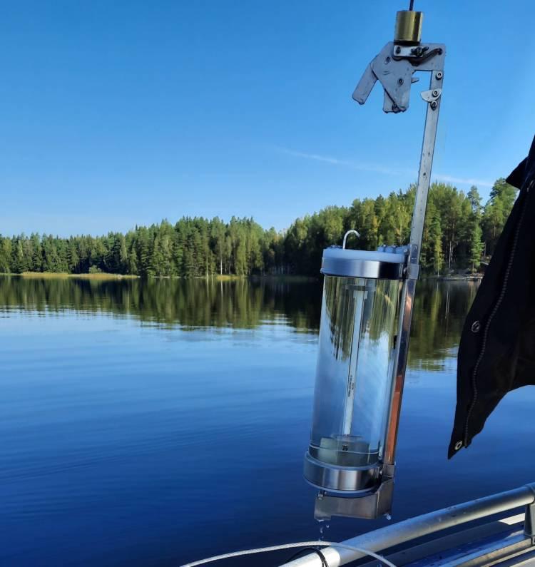 Tyyni järvi, näytteenotinta nostetaan veneeseen